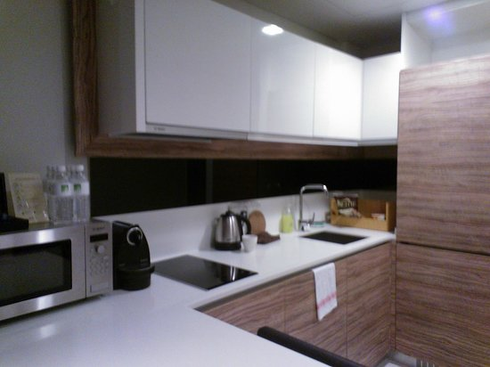 8 on Claymore Serviced Residences : kitchen (they provide rice cooker, toaster, pots/pans, utensils...)