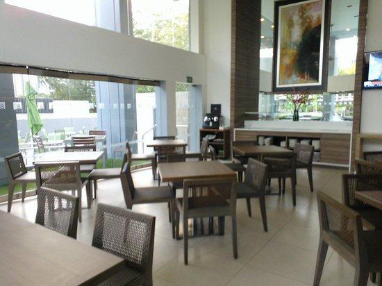8 on Claymore Serviced Residences: residents lounge & breakfast place