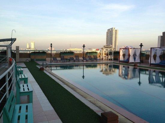 Evergreen Place Bangkok : бассейн в отеле