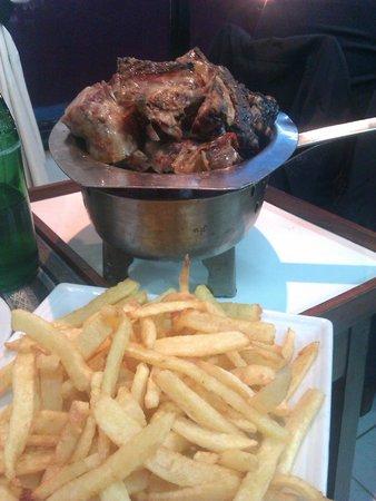 Parrilla Mi Viejo: Cordero asado y papas fritas