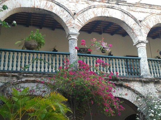 Convento La Popa de la Galera: Jardins floridos do Convento