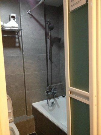 Alohas Hostel: bath room with bath tub