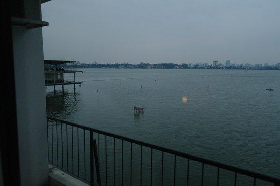 Thang Loi Hotel: vue sur le lac