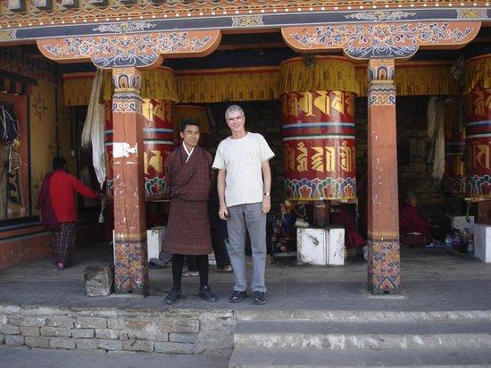 Thimphu Chorten (Memorial Chorten) : With our outstanding Buthanese guide Mr. Tashi Wang at the prayer wheels in Timphu