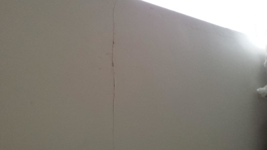 Cricklade House: cracks in wall in bathroom