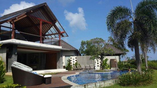 Water Edge Villa: Main hall dan kolam renang utama
