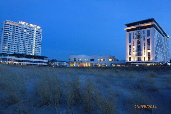 a-ja Warnemünde. Das Resort.: am Abend -vom  Strand mit Blick auf das Hotel