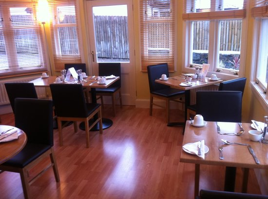 Buccleuch Guest House: Breakfast room with view over the loch