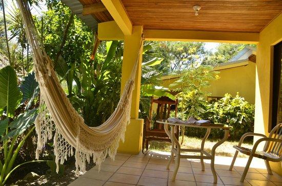 Zula Inn Aparthotel: Bungalow verandah