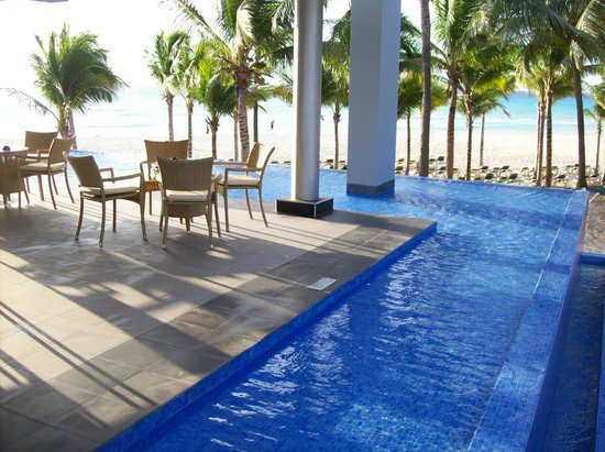 Seating by the infinity waterfall - Picture of Hotel Riu