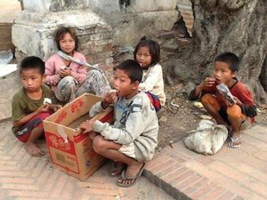 Ceremonia de entrega de limosnas: Crianças esperando os restos das ofertas