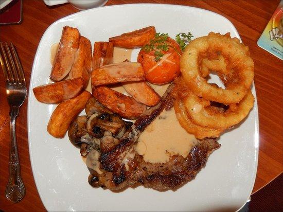 Creebridge House Hotel: Serlion steak, onion rings, tomato, mushrooms, chips and Bonnie Prince Charlie Sauce.