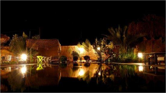 Authentik Skoura - Les Bassatines : Piscine vue de nuit