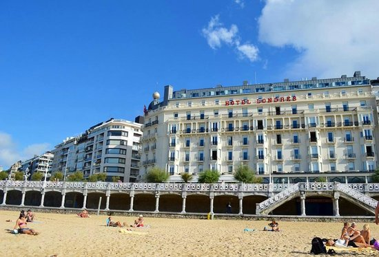 Hotel de Londres y de Inglaterra : View of hotel from the beach