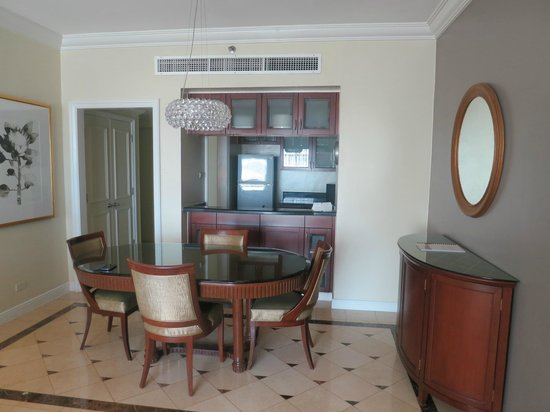 Ascott Makati: dining table and kitchen