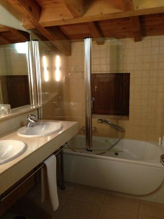 Hotel Izan Puerta de Gredos: upstairs bath