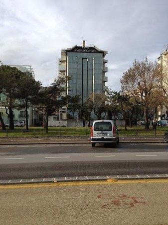 Ambasciatori Rimini : L'hotel visto dal lungomare