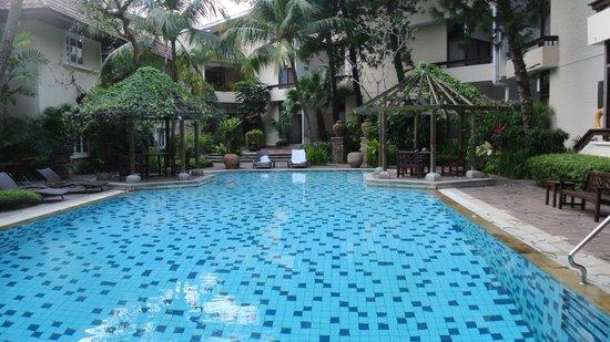 Goodwood Park Hotel: Quiet hidden away pool, garden rooms open out onto this area