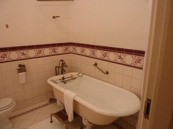 Dalat Palace Heritage Hotel: Free standing bath