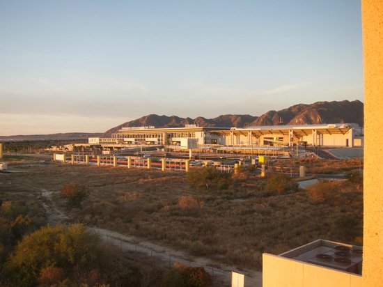 Hotel Aeropuerto Los Cabos : View of the airport from the hotel room