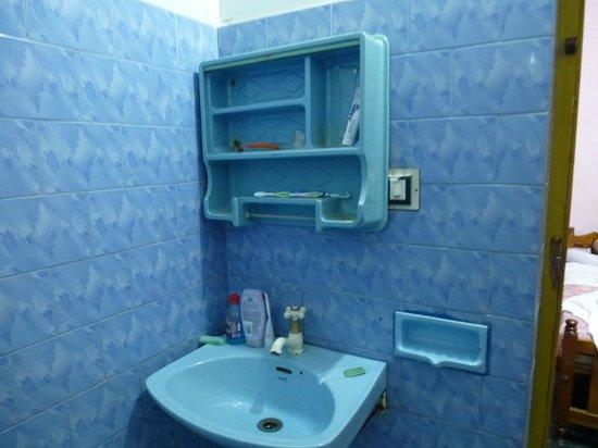 Thiruvambadi Beach Retreat: нет зеркала в ванной и страшная полка