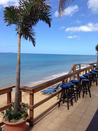 Villa Cofresi Hotel: Seaside deck near the bar creates a laid back experience.