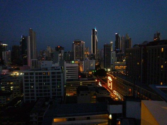 Tryp by Wyndham Panama Centro: Aussicht von der Dachterasse auf Panama City