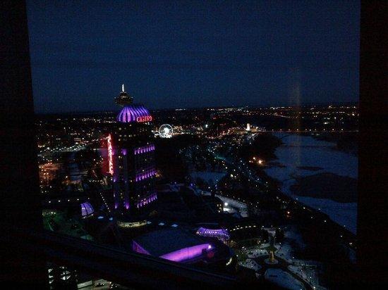 Embassy Suites by Hilton Niagara Falls Fallsview Hotel: view at night