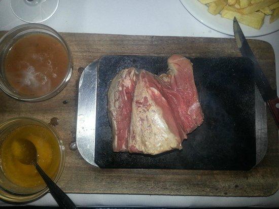 Restaurante O Manuel : Steak on a stone