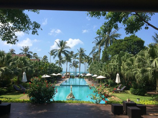 The Passage Samui Villas & Resort: The view from reception through 3 pools to the sea