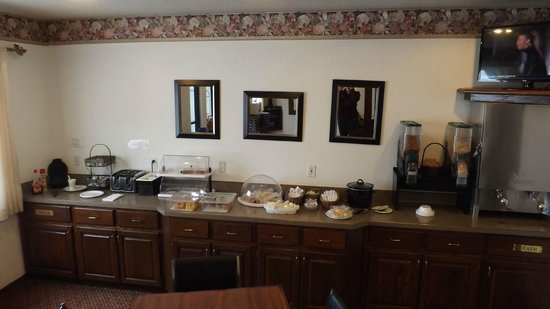 Americas Best Value Inn & Suites Northfield: Breakfast Buffet