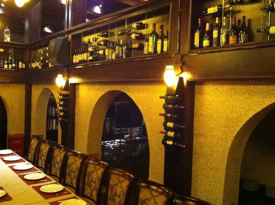 INDIANO JOHN's SAMRAT : Garrafas de vinho na parede
