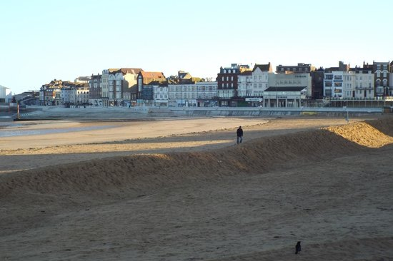 Premier Inn Margate Hotel: nice sandy beach