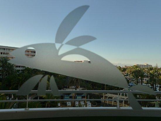 IFA Buenaventura Hotel: Das Lopesan Logo im Balkonfenster