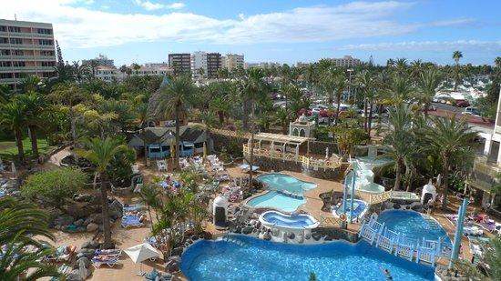IFA Buenaventura Hotel: Blick vom Zimmer auf Pool und Stadt
