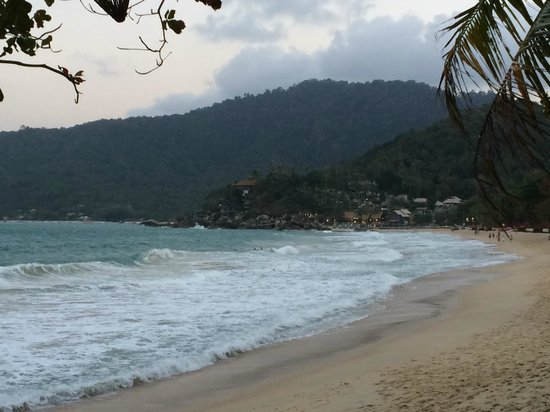 Thongtapan Resort: Looking down the beach...