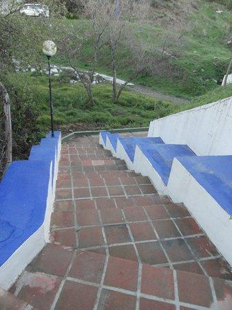 Los Amigos Beach Club: Escalier pour aller à la plage - to the beach