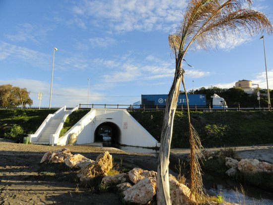 Los Amigos Beach Club by Diamond Resorts: Tunnel canalisation avec autoroute au dessus