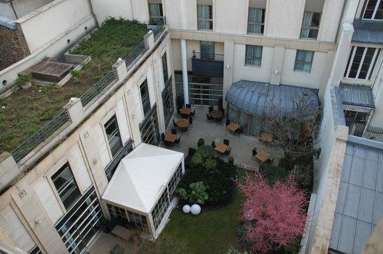 Ampere Hotel: jardin