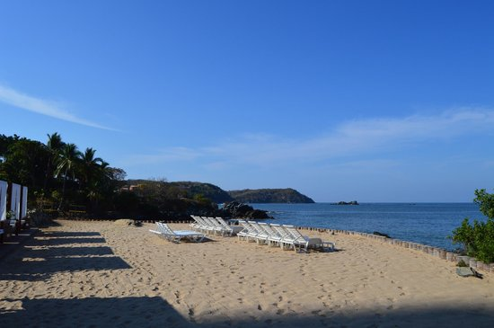 Azul Ixtapa Grand Spa & Convention Center : Sand area above beach, below pool