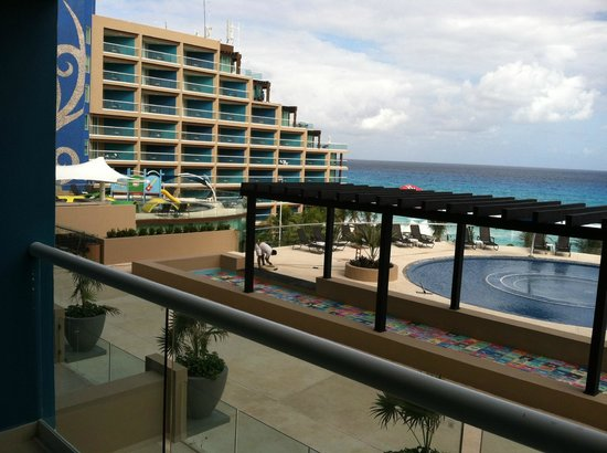 Hard Rock Hotel Cancun: Many pools- rooftop pool