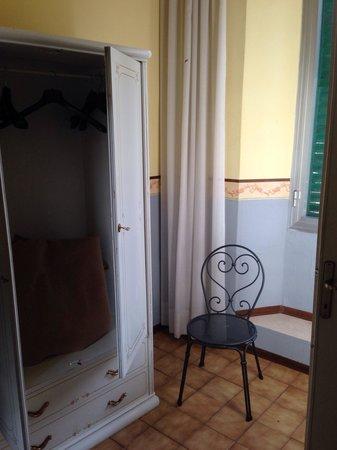 Hotel Victoria : Armadio e sedia della stanza.