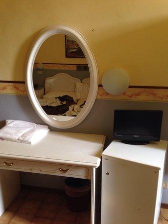 Hotel Victoria : Specchio e TV della stanza.