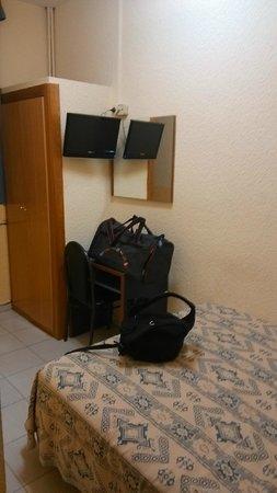 Roma Reial Hotel: Hab. doble, y el baño a la izda. No hay más.