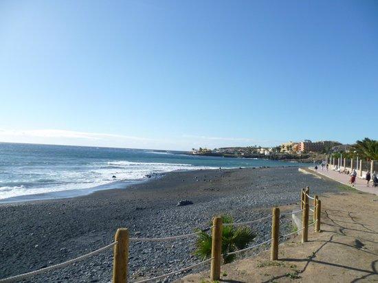 H10 Costa Adeje Palace: Strand hinter dem Hotel, aber leider nicht nutzbar