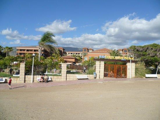 H10 Costa Adeje Palace: Hotelhintereingang, direkt am Strand