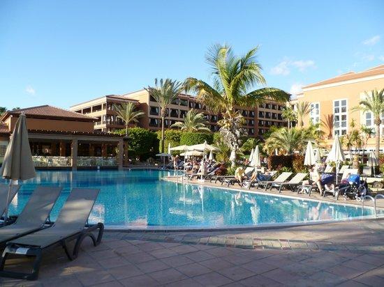 H10 Costa Adeje Palace: Pool und Aussicht zur Poolbar
