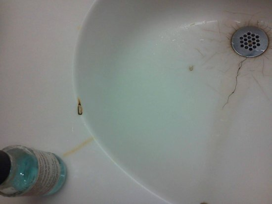 Masters Inn Seffner/Tampa East: Stained sink with cigarette burns in a non-smoking room