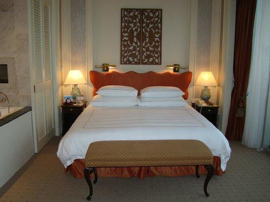 Swissotel The Stamford Singapore : bedroom