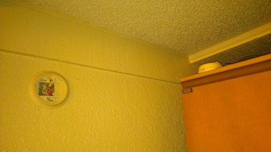 Knights Inn: No working smoke detector